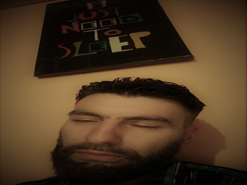 """Moi endormi sous une affiche indiquant """"I just need to sleep"""""""
