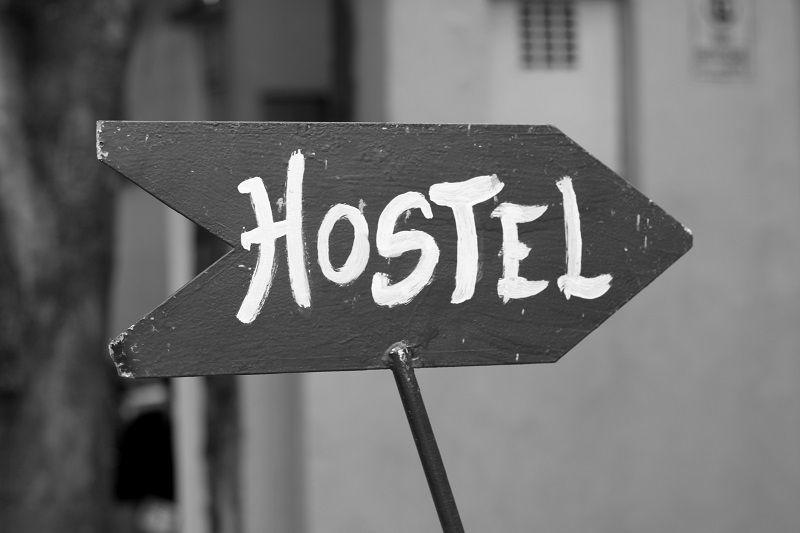 panneau indiquant hostel