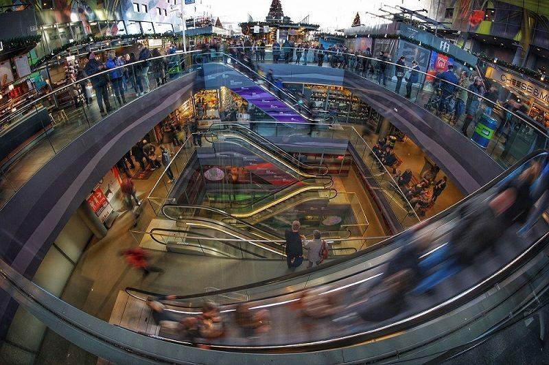 """Succession d'escaliers mécaniques dans un """"shopping mall"""""""