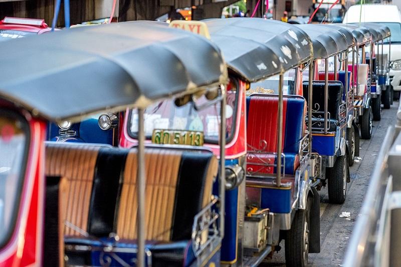 Tuk-tuk thaïlandais alignés dans la rue