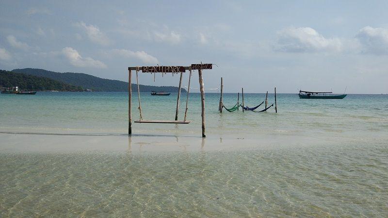 Balançoires sur la plage de Saracen Bay à Koh Rong Samloen, Cambodge