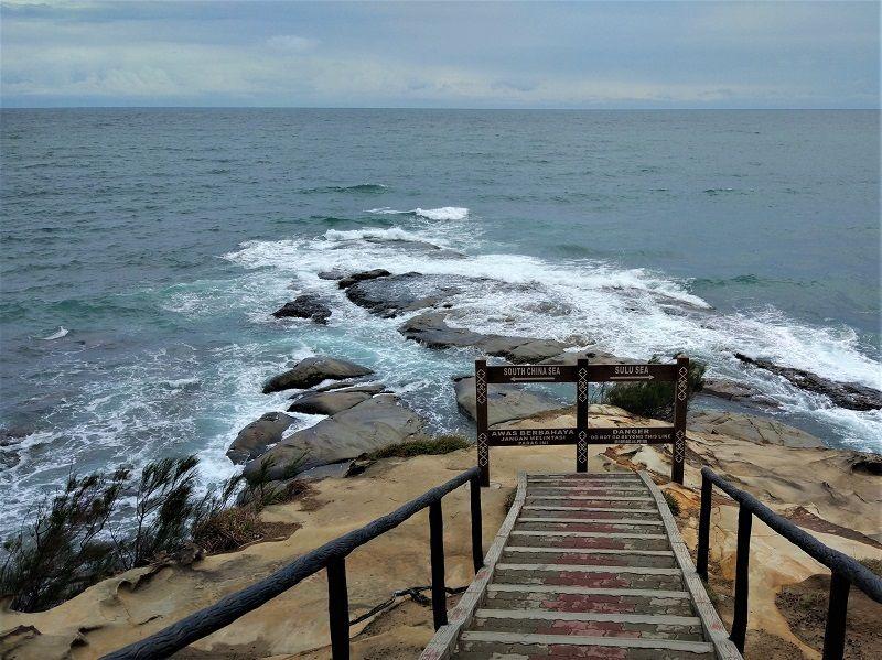 Escaliers menant à la mer au Tip of Bornéo, Malaisie