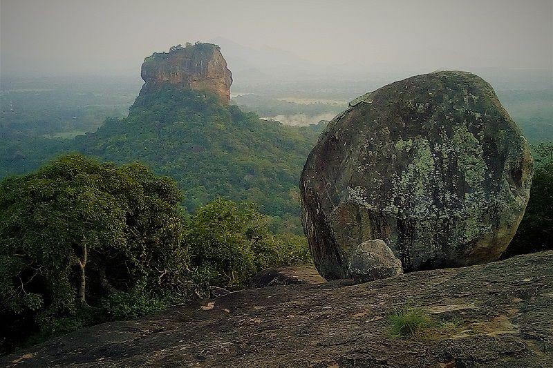 Vue sur la citadelle Sigiriya depuis le rocher de Pidurangala, Sri Lanka