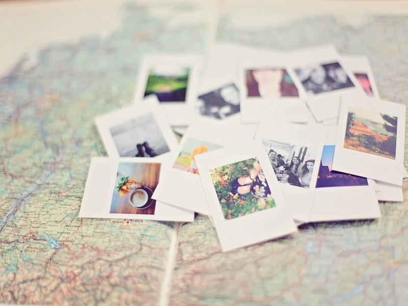 Photos posées sur une carte routière