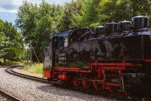 Ancienne locomotive au charbon qui roule