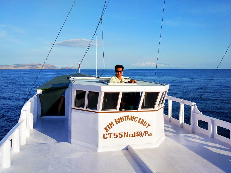 Capitaine du bateau sortant la tête depuis sa cabine
