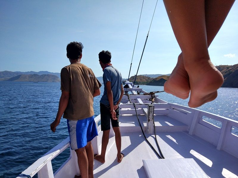 Equipage du bateau à l'avant du bateau (et vue de pieds dépassant du ponton supérieur)
