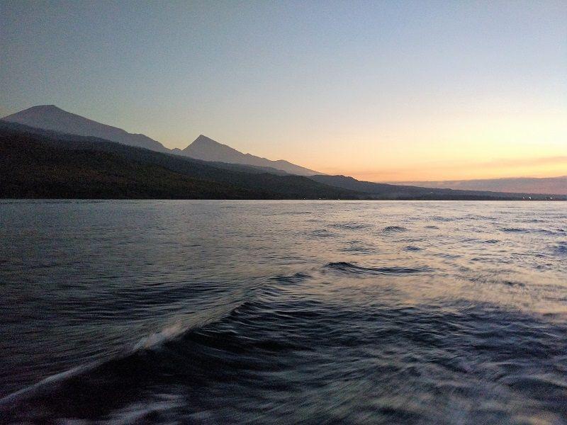 Sur le bateau, vue du coucher de soleil sur Lombok, Indonésie
