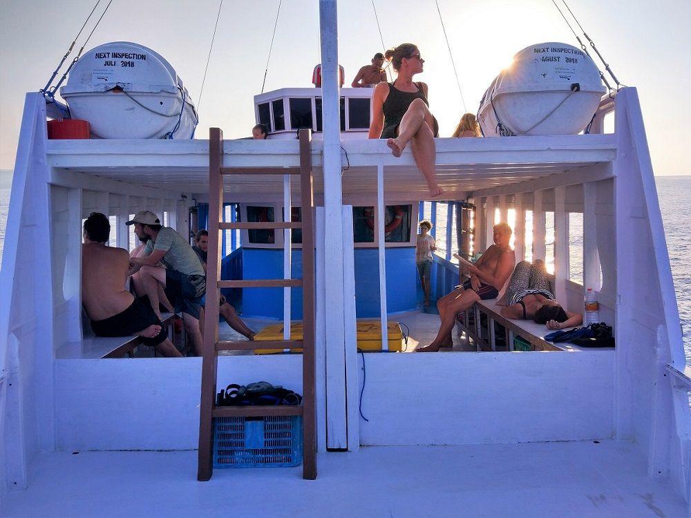 Plaisanciers profitant du coucher de soleil sur le bateau de croisière