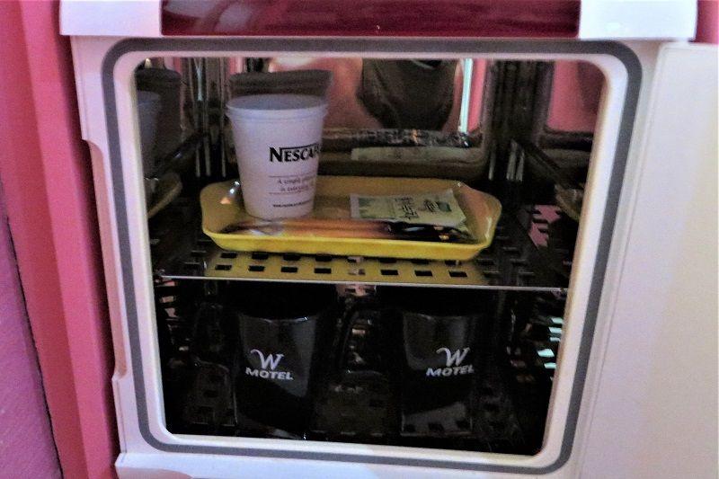 Tasses de café dans un mini-frigo, Love Motel en Corée du Sud