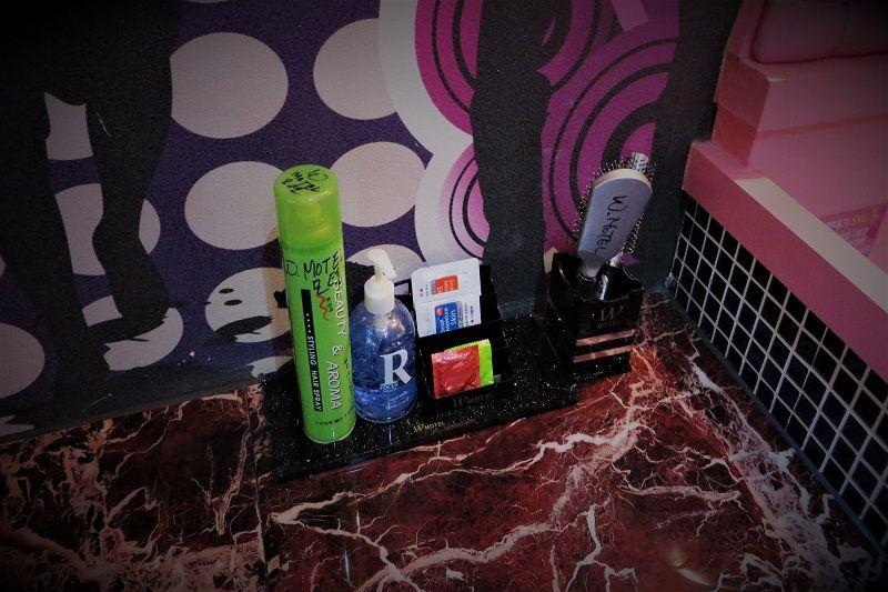 Accessoires de toilette dans une chambre d'un Love Motel en Corée du Sud