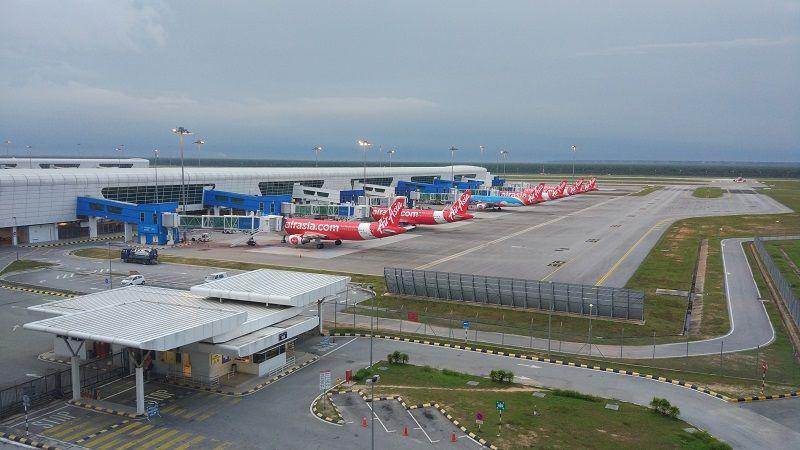 Flotte d'avions Air Asia dans un aéroport malaisien