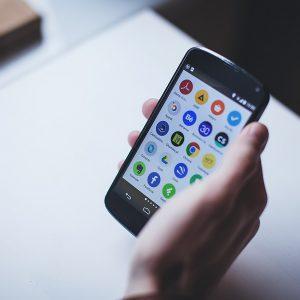 Photo de l'écran d'un smartphone montrant les applications installées
