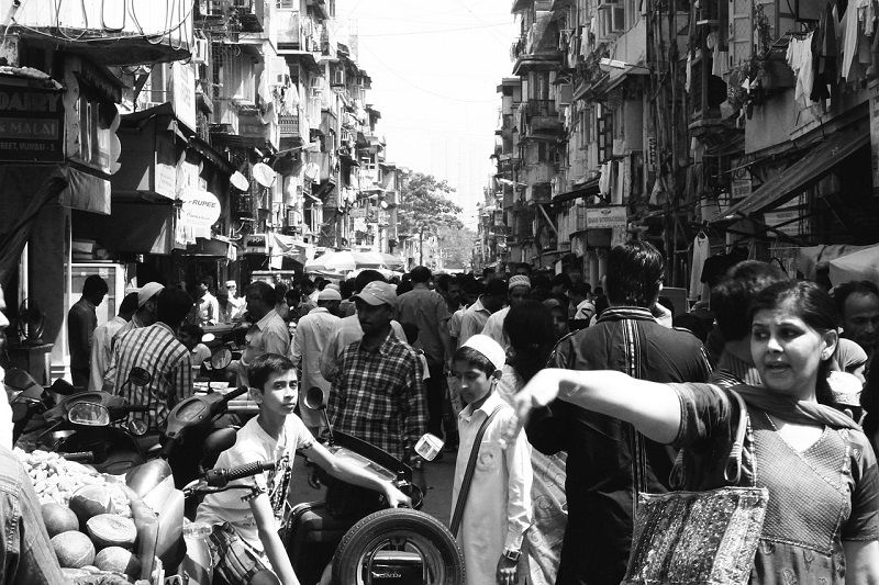 Foule compacte dans une rue en Inde