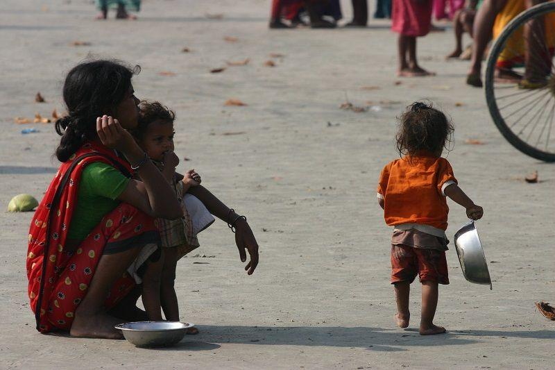 Femme indienne mendiant dans la rue avec ses enfants