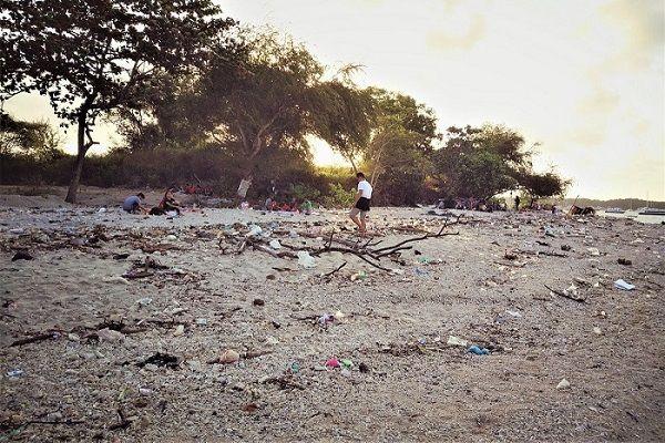 Plage recouverte de sachets plastiques à Bali, Indonésie