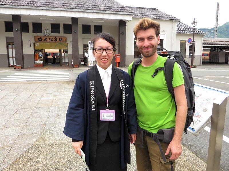 Je suis accueilli à la gare de Kinosaki par une hôtesse japonaise