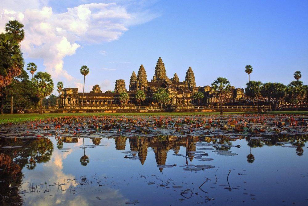 Temple d'Angkor Vat se reflétant dans une mare de lotus