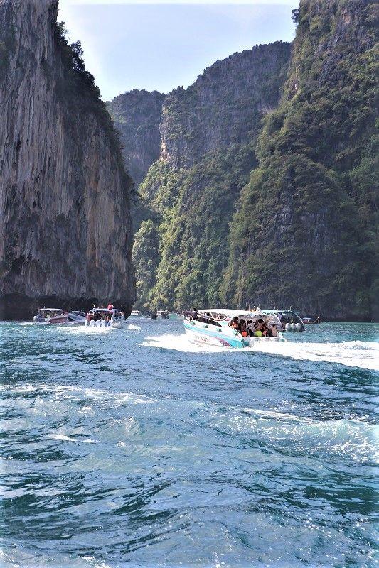 Rush de bateaux se rendant sur Ko Phi Phi Ley, Thaïlande