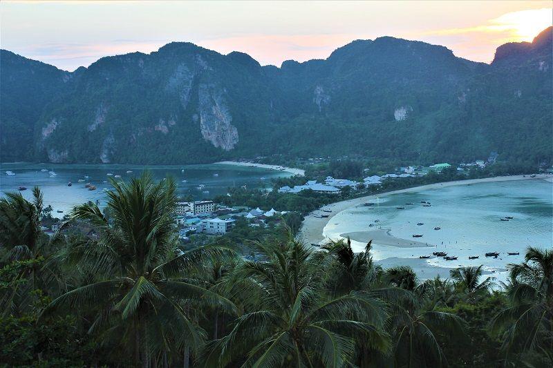 Sunset sur la colline surplombant le village de Koh-Phi-Phi, Thaïlande