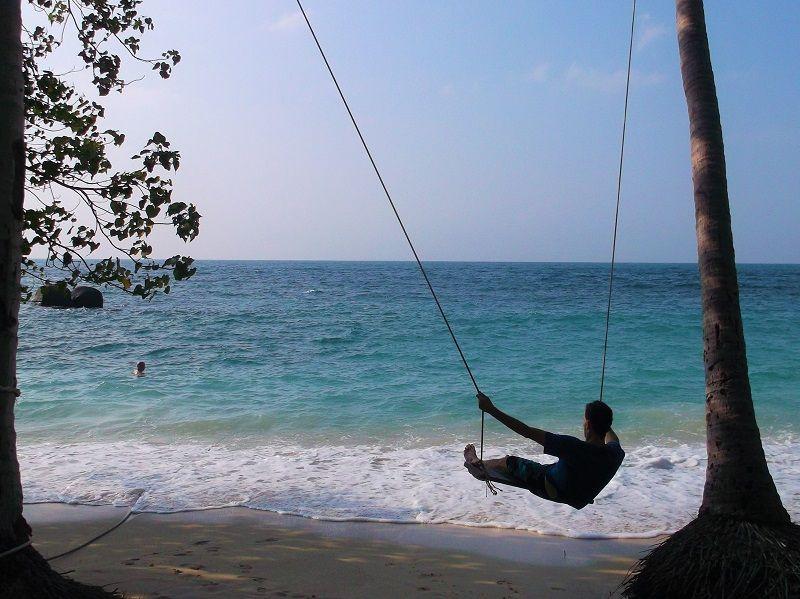 Homme faisant de la balançoire sur une plage, Ko Tao, Thaïlande