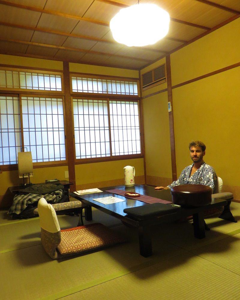Moi assis devant la table basse de ma chambre, Kinosaki Tenboen, Japon
