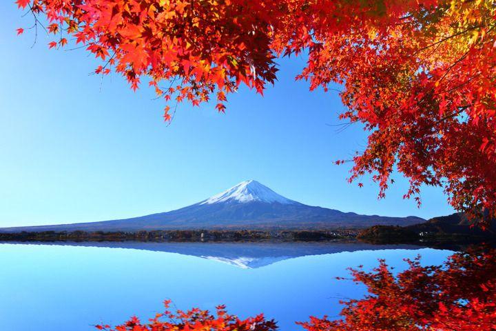 Mont Fuji et son reflet sur l'eau en automne, Japon