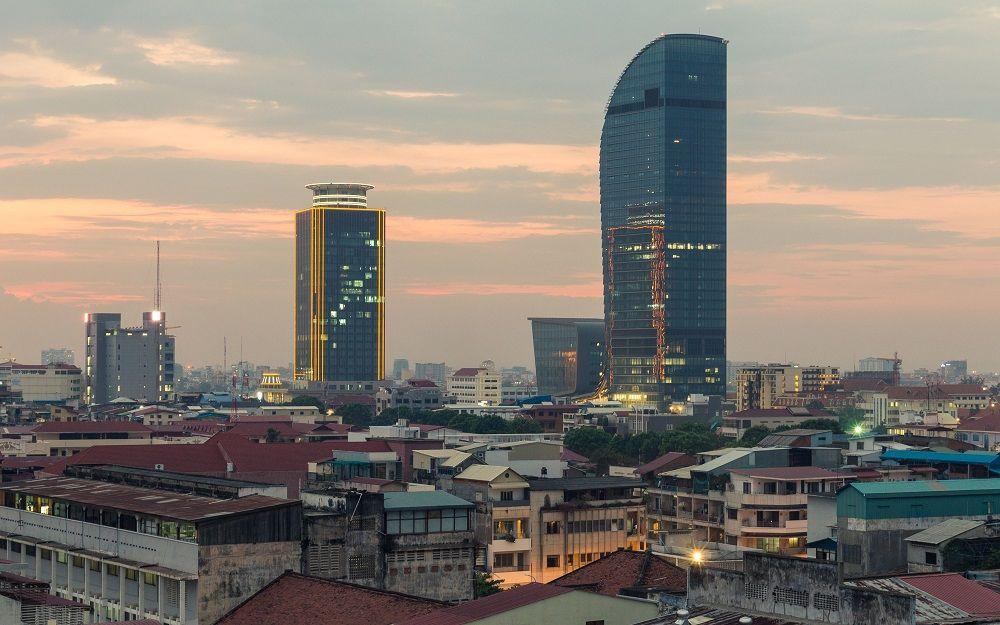 Deux tours modernes érigées au milieu de la ville de Phnom-Penh, Cambodge