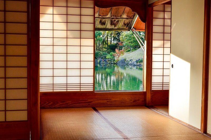 Vue sur un bassin d'eau depuis l'intérieur d'un ryokan, Japon