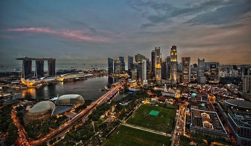 Vue aérienne de Singapour à la tombée de la nuit