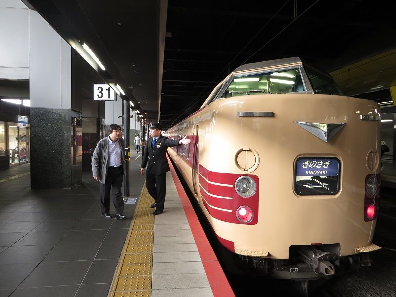 Train sur le quai de la gare d'Osaka à destination de Kinosaki Onsen, Japon