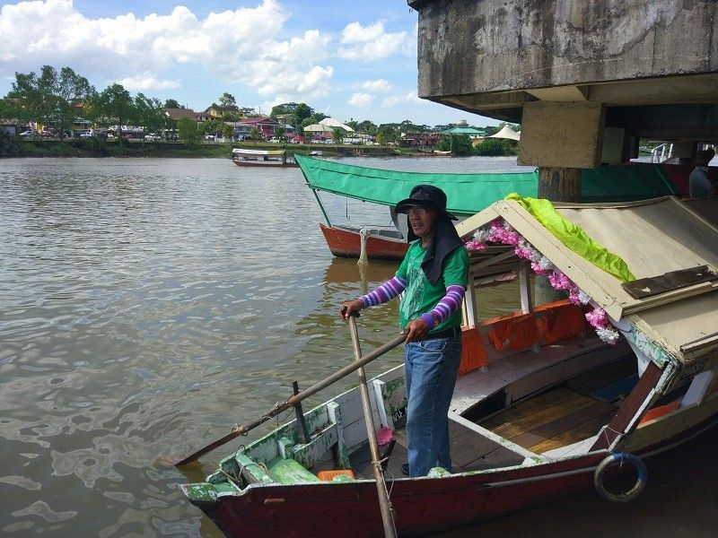barque à quai, rivière de Kuching
