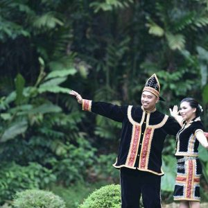 Couple de Borneo en habit traditionnel