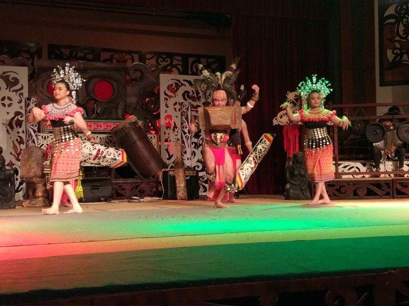 danse traditionnelle, village culturel de Sarawak borneo