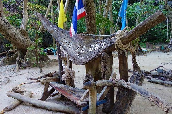 banc avec pancarte en bois à Maya Bay, Thaïlande