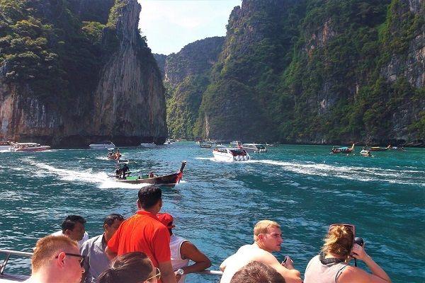 Bateaux entrant dans Maya Bay, Thaïlande