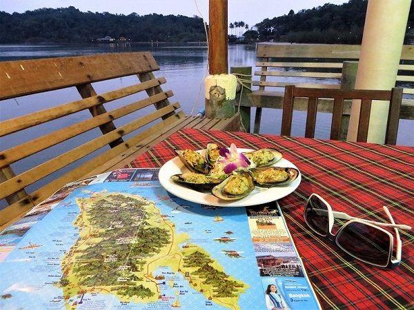 Carte de l'île posé sur une table au restaurant, Ko Chang, Thaïlande
