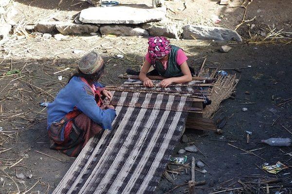 Nepalaises tissant un tapis