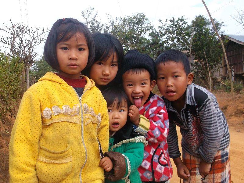 jeunes enfants birmans curieux, Birmanie