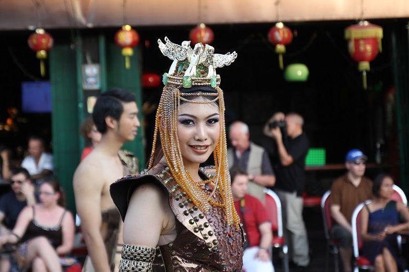 thaïlandaise défilant dans la rue en tenue traditionnelle