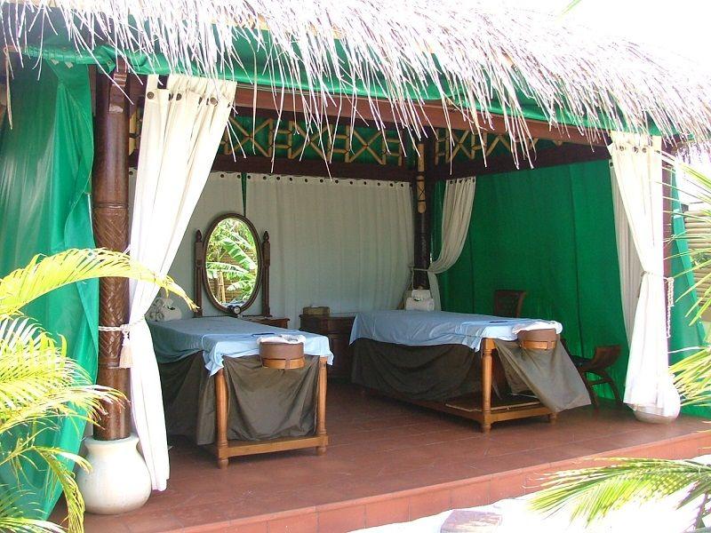 lits de massage sous une hutte, Asie