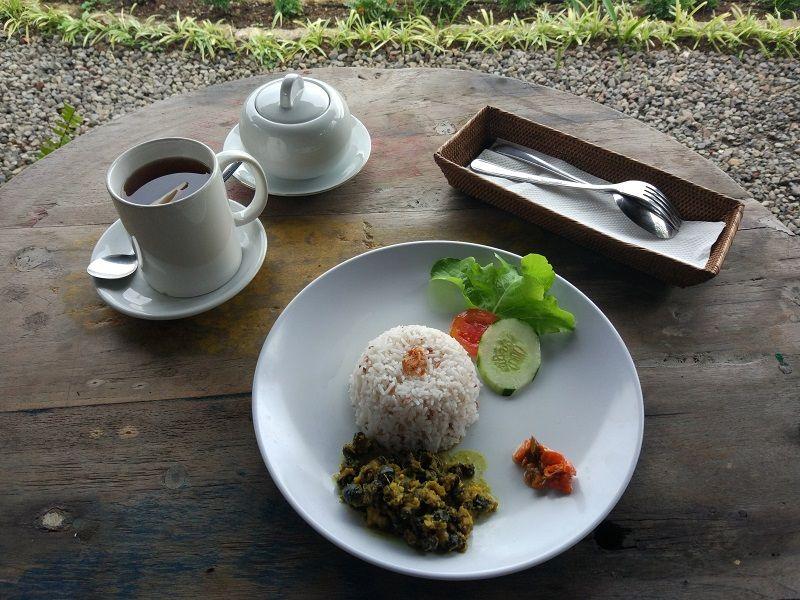 plat à base de riz, couverts et thé, Asie