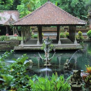 statue au milieu d'un bassin d'agrément, Bali, Asie du Sud-Est